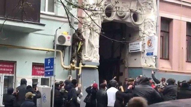 Прихильник Саакашвілі намагався вчинити самоспалення на газовій трубі в Києві