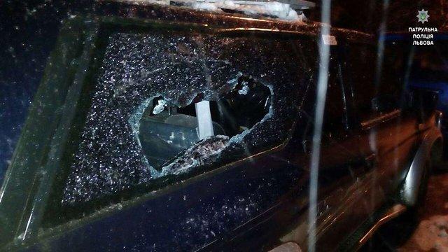 Львівські патрульні затримали двох чоловіків, які побили вікна в автомобілях