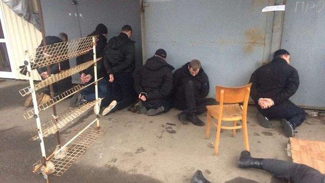 У Миколаєві молодики зі зброєю намагалися захопити найбільший ринок у місті