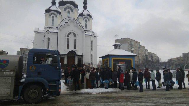 Біля шести храмів Личаківського району виставили ємності з водою для мешканців