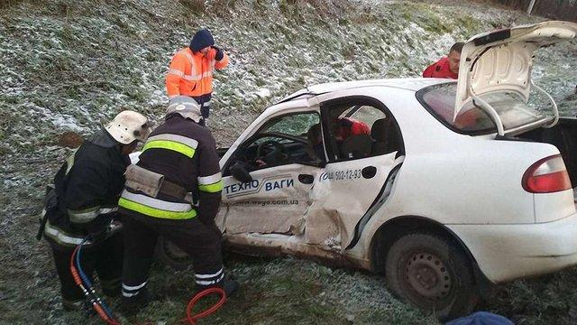 Внаслідок зіткнення трьох автомобілів поблизу Львова постраждав 34-річний водій