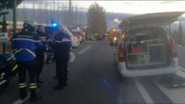 Внаслідок зіткнення потяга зі шкільним автобусом у Франції загинули четверо людей