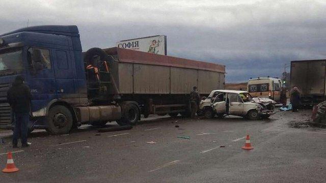Поблизу Львова зіткнулись дві вантажівки та легковик, одна людина загинула