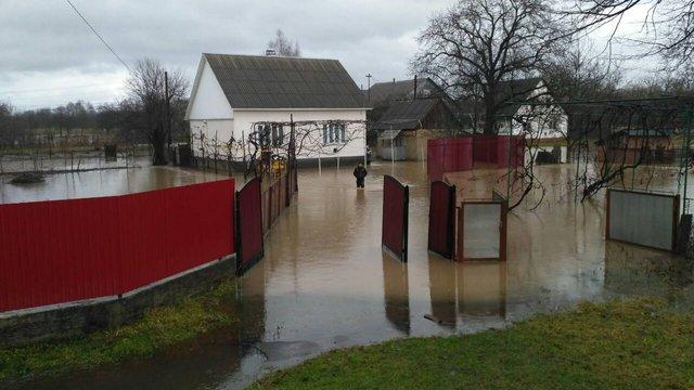 На Закарпатті річка прорвала дамбу і підтопила 22 житлові будинки у селі Тячівського району