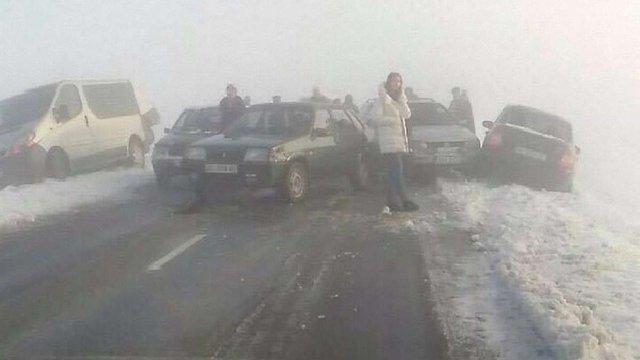 Через сильний туман біля Львова шість авто потрапили у ДТП