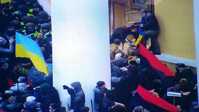 Внаслідок сутичок під Жовтневим палацом постраждали 32 правоохоронці