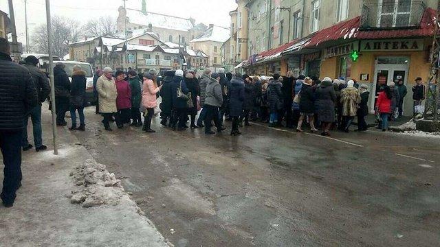 Медики Самбора перекрили рух у місті через невиплату зарплати
