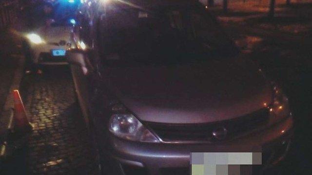 У Львові пасажир викидав з авто наркотики на очах у патрульних, поки ті спілкувались із водієм