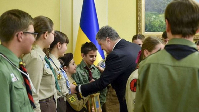 Пластуни передали президенту України Вифлеємський вогонь миру