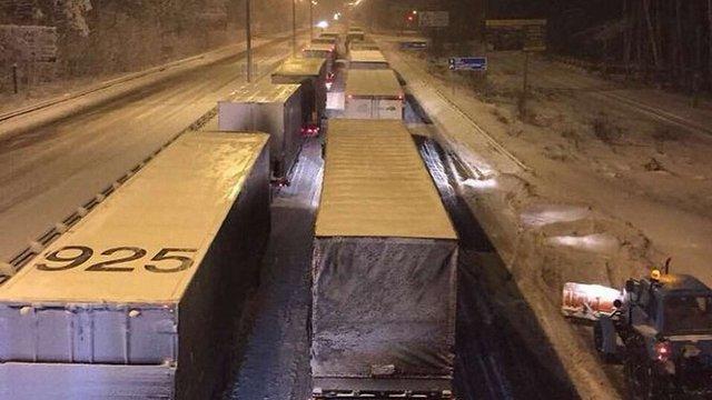 Близько 800 вантажівок застрягли на Одеській трасі через негоду
