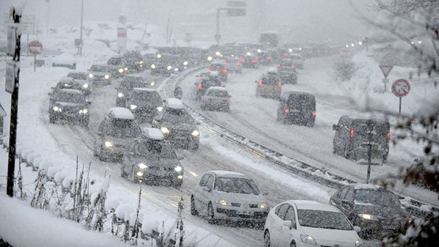 Через снігопади рух транспорту обмежено в трьох областях України