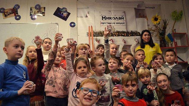 У Львові волонтери Фабрики святого Миколая передали подарунки 2800 дітям
