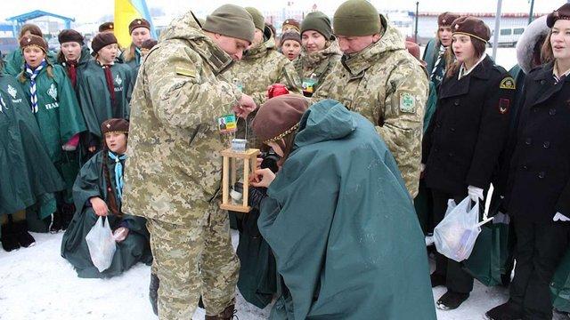 У Раві-Руській польські скаути передали українським пластунам Вифлеємський вогонь миру
