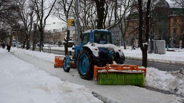 Вранці у Львові працювала 51 машина для прибирання снігу