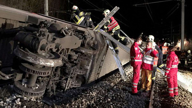 Біля Відня зіткнулися два потяги, є постраждалі