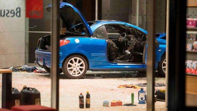 У Німеччині чоловік хотів скоїти самогубство і протаранив автівкою офіс партії соціал-демократів