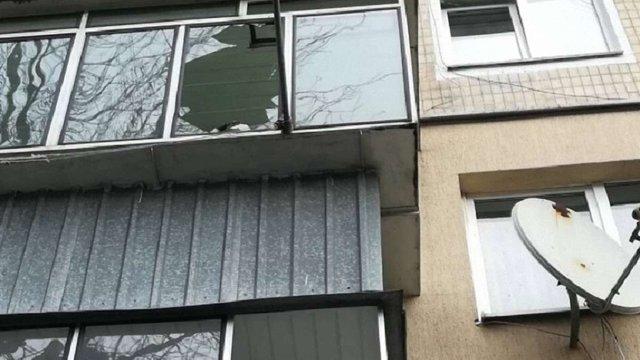 У Залізничному районі Львова дерево розбило вікна у житловому будинку