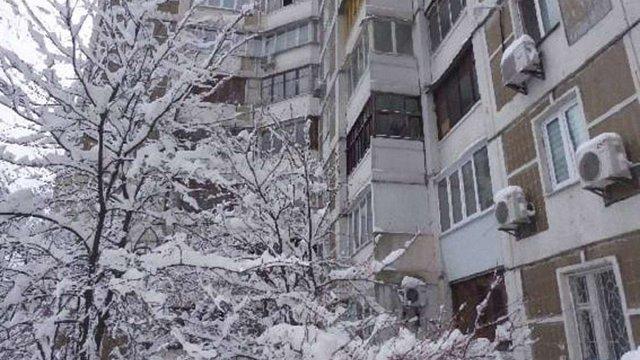 Рятуючись від озброєного ножем сусіда, киянин вистрибнув із сьомого поверху і вижив