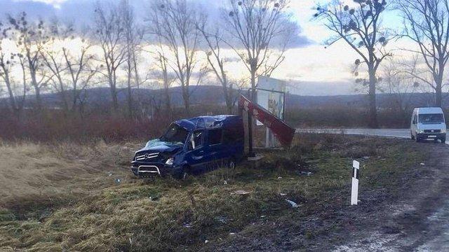 На Львівщині перекинувся мікроавтобус, постраждало 8 людей