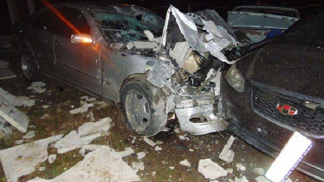 У Рівному водій Mercedes розбив 25 припаркованих автомобілів