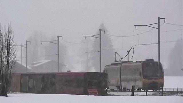 У Швейцарії ураганний вітер зірвав з рейок пасажирський поїзд