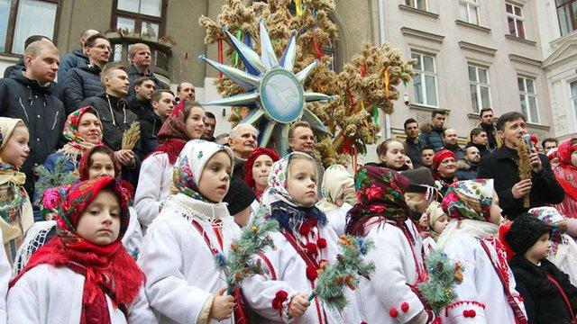 В переддень Різдва у Львові встановили триметрового Дідуха