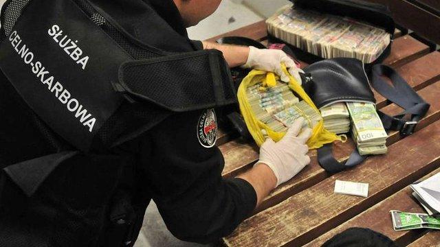 У трьох українців на польському кордоні виявили понад ₴8,3 млн незадекларованої готівки