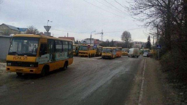 У Тернополі водії маршруток страйкують через запровадження електронної оплати за проїзд