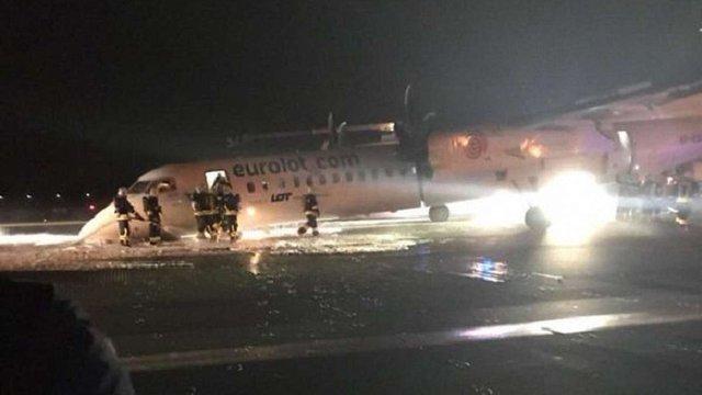 У Польщі пасажирський літак здійснив аварійну посадку без переднього шасі