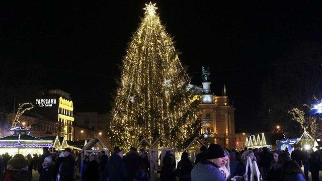 Центральну міську ялинку Львова почнуть розбирати 22 січня