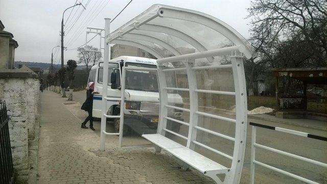 У Золочеві зупинку громадського транспорту встановили задом наперед