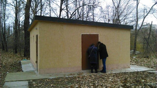У Києві чоловік і жінка намагалися пограбувати громадський туалет в парку