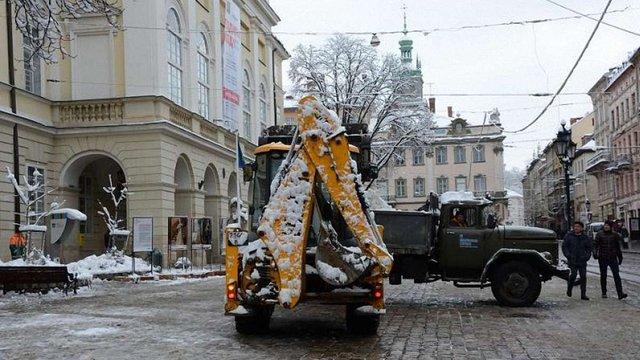 Зранку у Львові працює 34 одиниці снігоприбиральної техніки