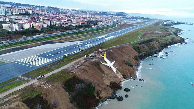 У Туреччині літак викотився за межі посадкової смуги і ледь не впав у Чорне море