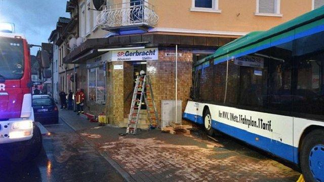 У Німеччині шкільний автобус в'їхав у стіну житлового будинку, постраждали 43 дитини