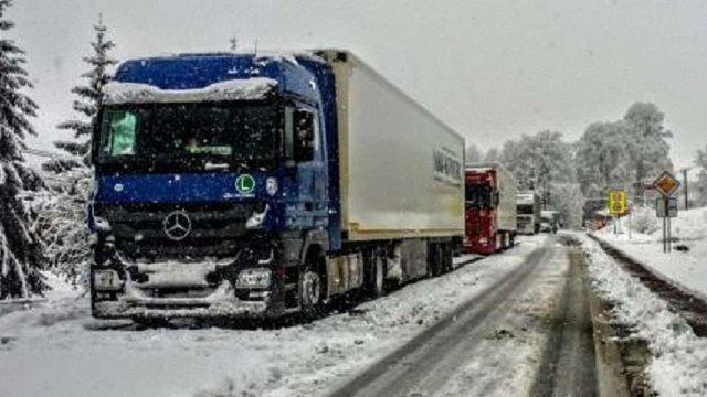 На час негоди дорожники просять водіїв вантажівок за можливості утриматися від поїздок