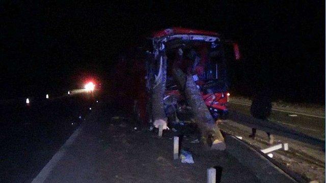 На Житомирщині під час аварії колоди з лісовоза влетіли в салон автобуса