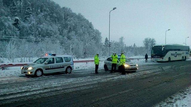 У Румунії через потужний снігопад тисячі людей залишилися без світла