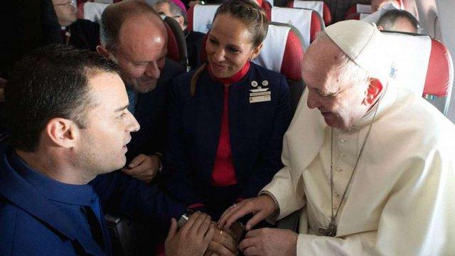 Папа Римський повінчав пару бортпровідників у літаку на висоті 11 км