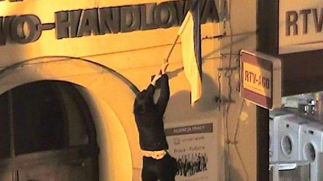 Суд оштрафував трьох поляків, які зірвали і витерли ноги об український прапор