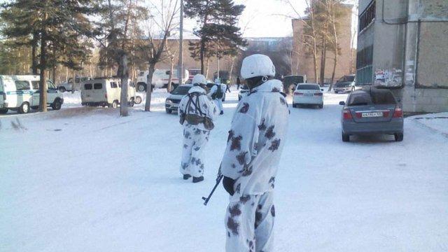 У Росії підліток напав з сокирою на дітей і влаштував пожежу в школі