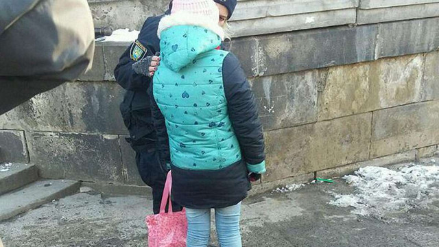 У Львові батько змушував неповнолітню доньку жебракувати перед церквою