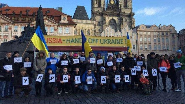 У центрі Праги українці вимагали відібрати у Росії ЧС з футболу