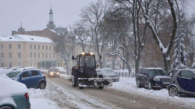 Зранку вулиці Львова очищають 79 снігоприбиральних машин
