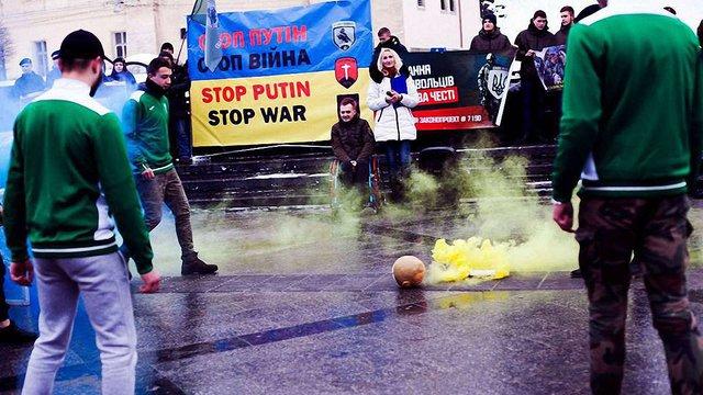 У центрі Львова учасники АТО зіграли футбол із м'ячем у вигляді голови Путіна