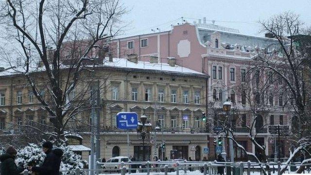 Львівський «Гранд Готель» на вимогу мерії  демонтував скляну надбудову