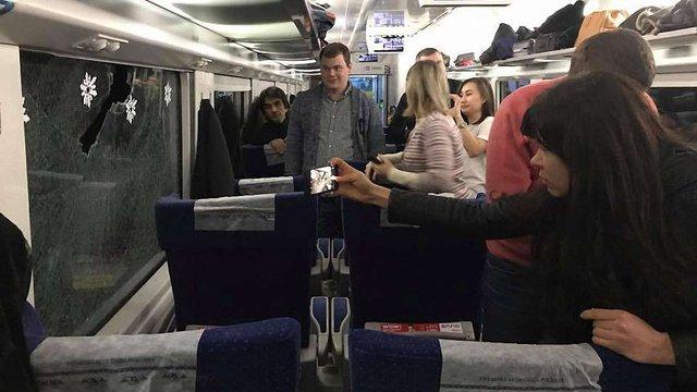 Невідомий каменем розбив вікно у  потязі Київ-Львів і влучив у співачку Руслану