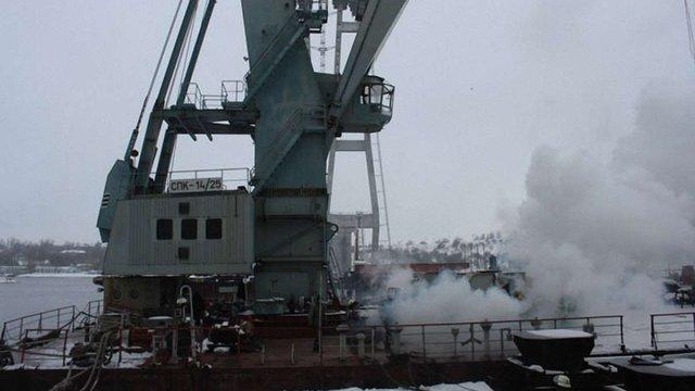 У Запоріжжі дві години гасили пожежу на плавучому крані