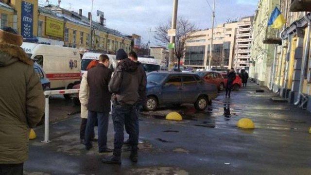 Троє людей отримали поранення внаслідок стрілянини біля Святошинського суду в Києві
