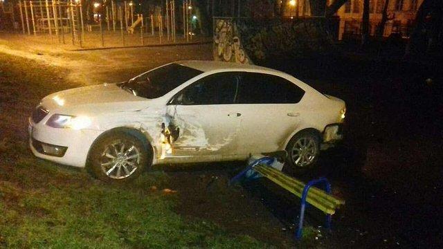 Після втечі від поліції водій розтрощив паркову зону в центрі Львова